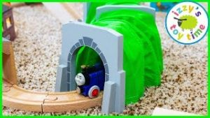 Expandable Toy Train Tunnel! Thomas and Friends Fun Toy Trains !