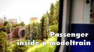 Passagier in einer Modelleisenbahn